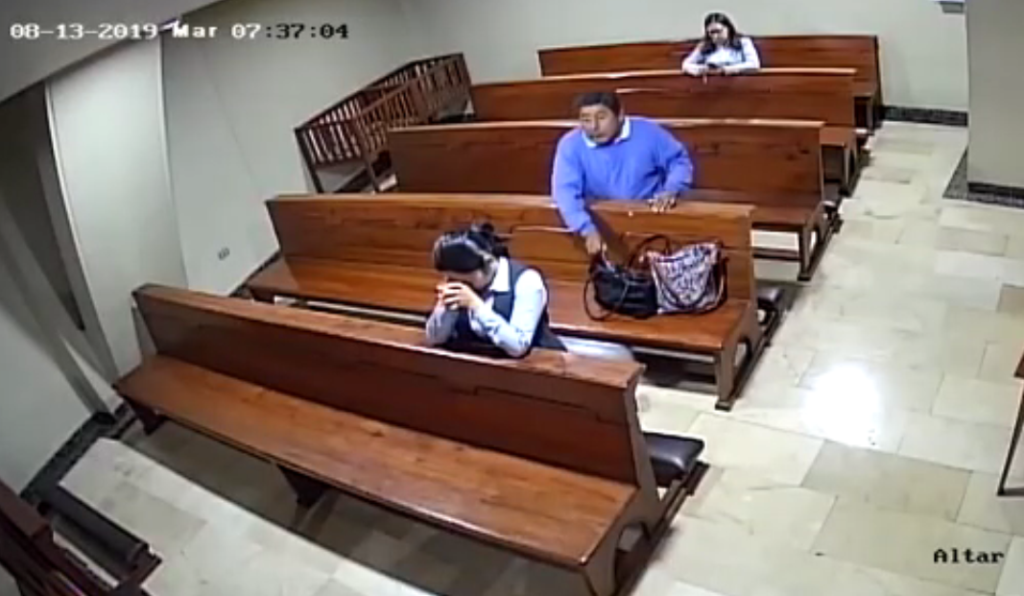 Homem furta celular dentro de igreja.